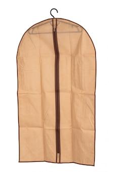 Cintre avec étui en tissu isolé sur fond blanc