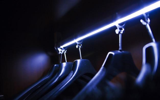 Cintre néon vide dans le vestiaire