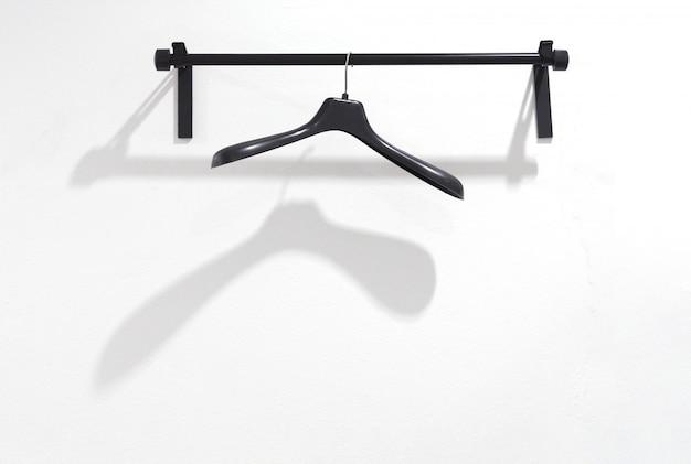 Cintre en plastique noir sur la grille