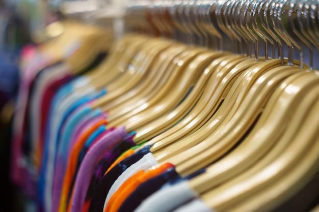 Cintres en bois, cintres pour vêtements au magasin