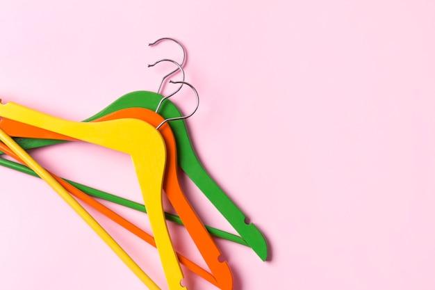 Cintres créatifs en bois multicolores