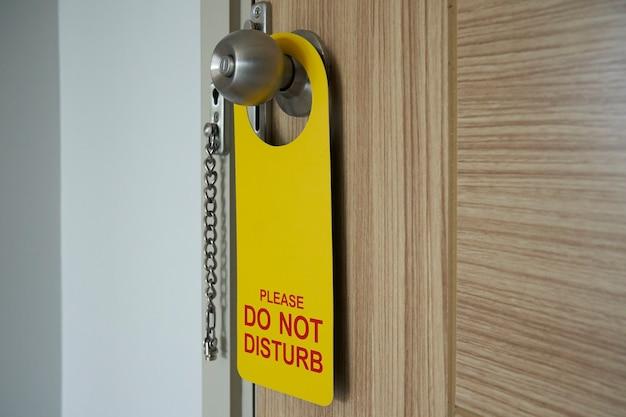 Cintres de porte d'hôtel. etiquette d'avertissement, ne pas déranger.