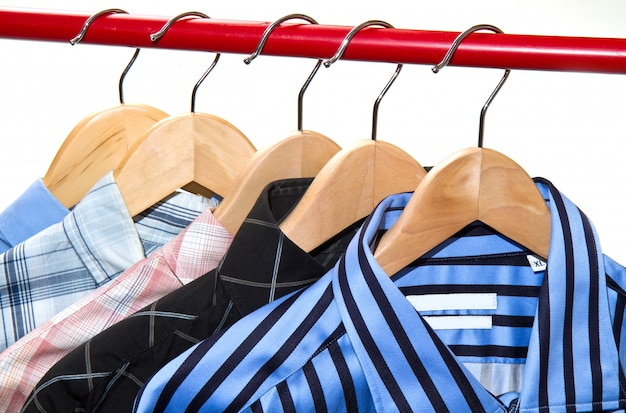Cintres en tissu avec des chemises