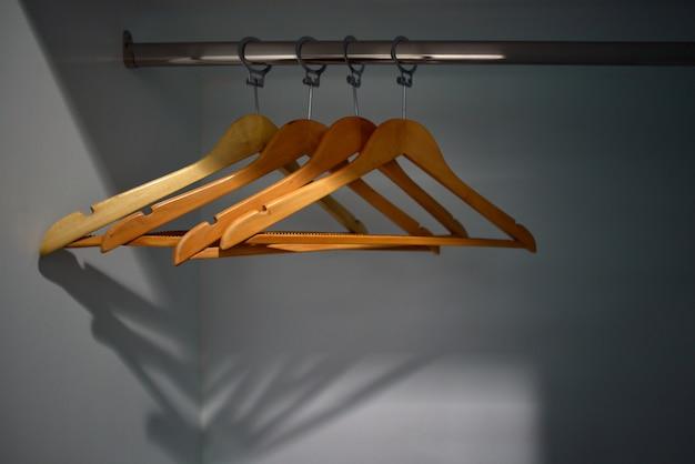 Cintres vides dans l'armoire