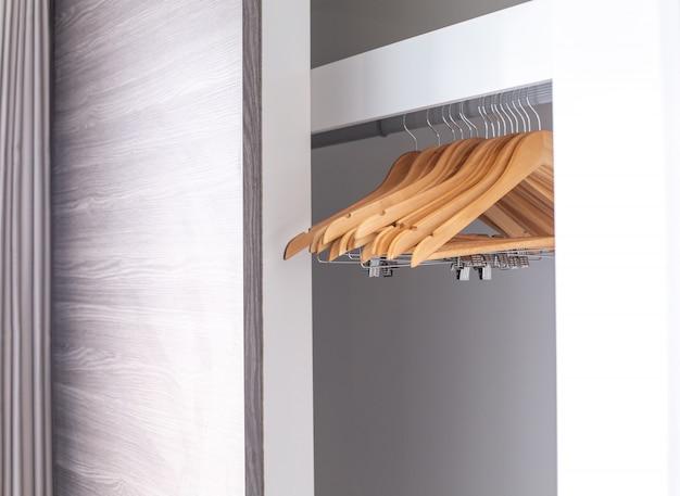 Cintres vides suspendus dans le placard