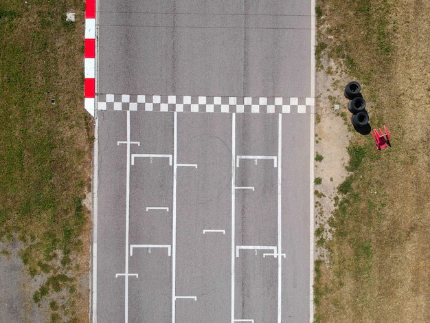 Circuit de course avec ligne de départ ou d'arrivée, vue aérienne