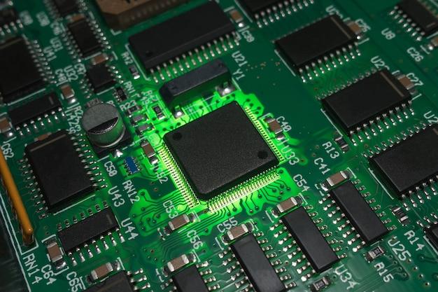 Circuit imprimé avec fond de composants électroniques