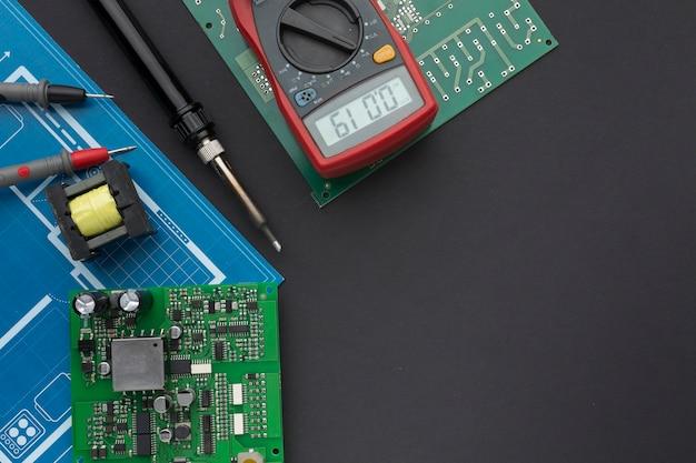Circuit imprimé de gros plan avec multimètre