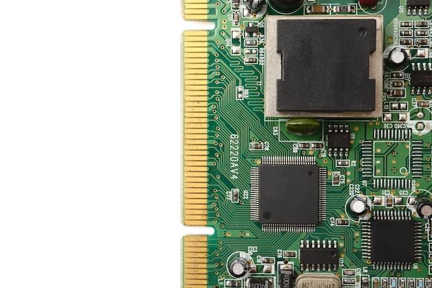 Circuit imprimé, technologie électronique sur fond blanc.