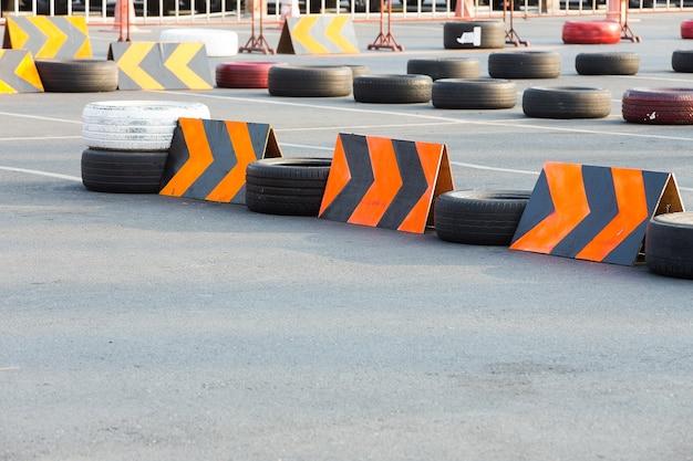 Circuit de karting avec pneus en caoutchouc