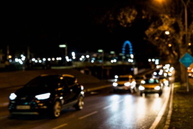 Circulation automobile dans les rues de nuit