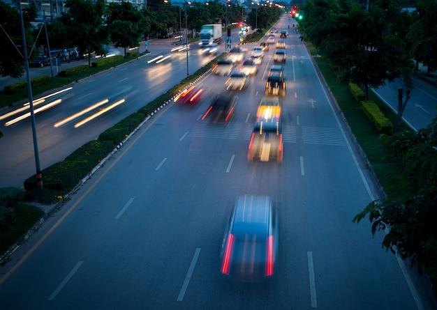 Circulation automobile la nuit floue