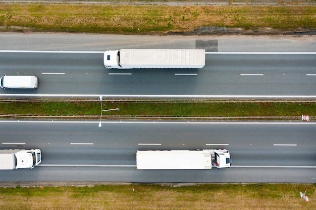 La circulation des camions sur l'autoroute. photographie aérienne