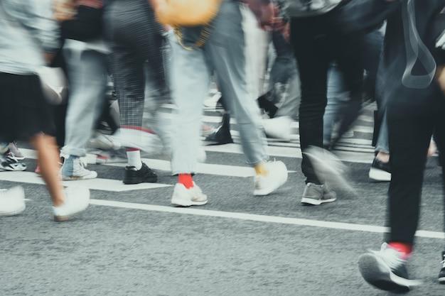 Circulation piétonne floue dans la rue d'une ville européenne