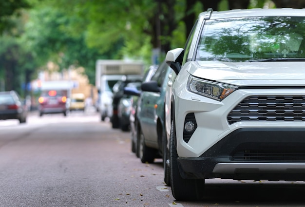 Circulation urbaine avec des voitures garées en file du côté de la rue. concept de stationnement de véhicule.