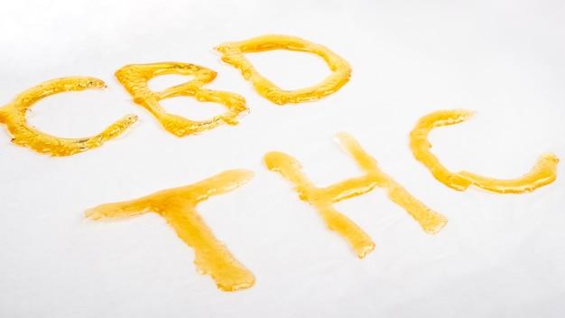 Cire dorée de cannabis à haute teneur en thc et cbd, lettrage.