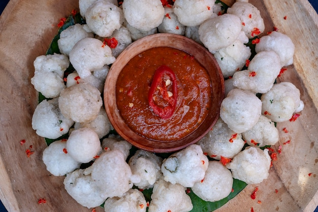 Le cireng est un plat traditionnel d'indonésie. la farine de tapioca frite aka cireng est une délicieuse cuisine traditionnelle d'indonésie, une collation facile et simple, des apéritifs avec sauce aux arachides ou sauce rujak