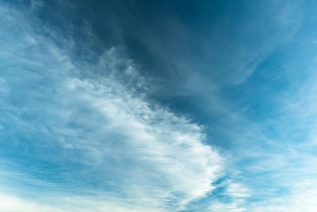Cirrostratus cloudscape ou fluffy cirrus clouds on blue blue sky, beautiful cirrocumulus sur la haute altitude