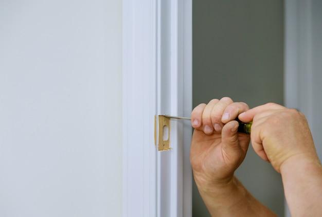 Ciseau à bois découpant le trou dans le pour le poinçon de ciseau de travail de serrure de porte