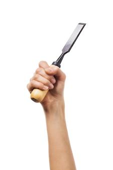 Ciseau dans les mains d'une femme charpentier est titulaire d'un outil de construction isolé sur fond blanc
