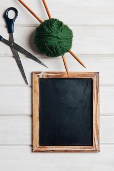 Ciseaux, boule de laine et ardoise