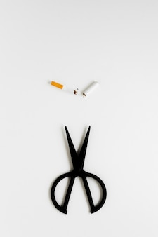 Ciseaux avec cigarettes