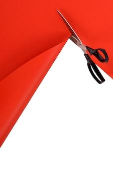 Ciseaux de coupe rouge fond de papier
