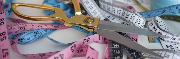 Ciseaux de couturière et ruban à mesurer se trouvant dans l'atelier libre