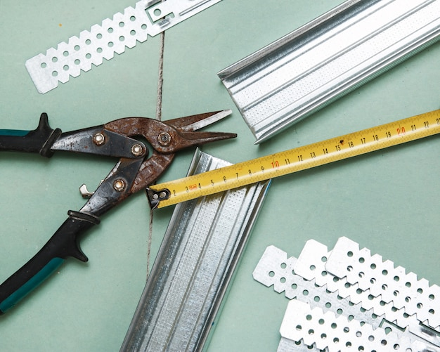 Ciseaux à métaux et ruban à mesurer