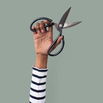 Ciseaux d'outil de jardinage tenus par la main d'une femme