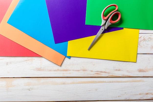 Ciseaux à papier coloré