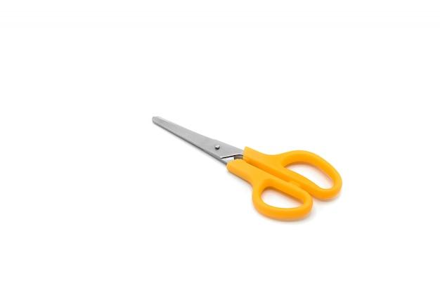 Ciseaux en plastique orange isolés sur fond blanc