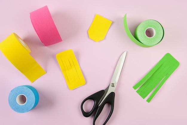 Ciseaux à ruban de kinésiologie colorés et différentes coupes de forme pour applique