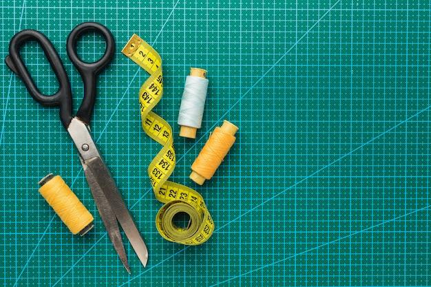 Ciseaux avec ruban à mesurer et fil