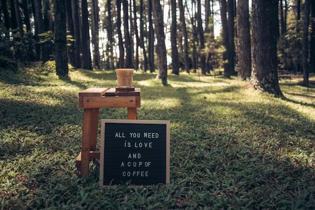 Citations d'amour et de café sur le tableau à lettres et une tasse de café sur la table en bois