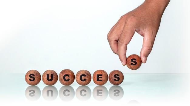 Citations inspirantes en bois rond, concept de réussite.