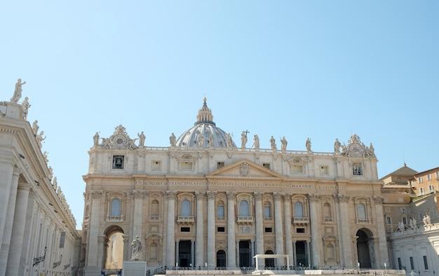 Cité du vatican, rome - basilique saint-pierre, place du vatican et obélisque égyptien au centre de la place du vatican