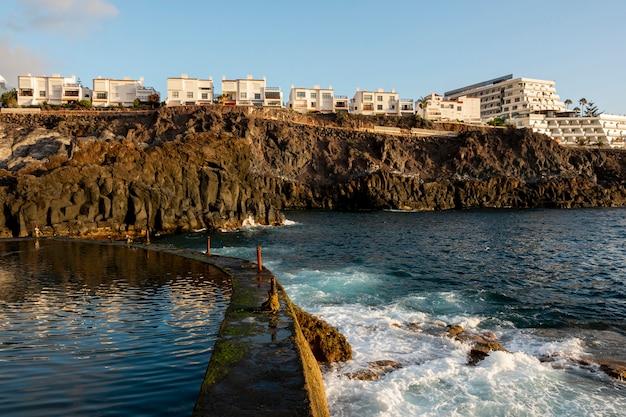 Cité littorale avec haute falaise