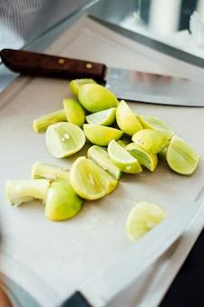 Citron citron vert coupe à bord avec couteau
