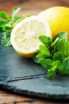 Citron doux frais et menthe verte sur la table