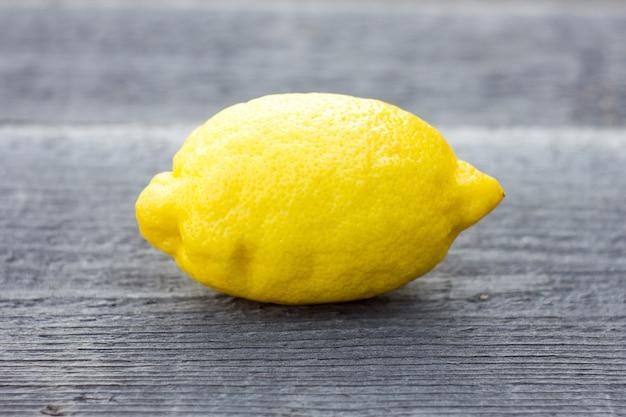 Citron entier sur fond en bois.