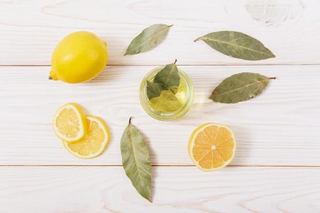Le citron, les épices et l'huile sur la table en bois.