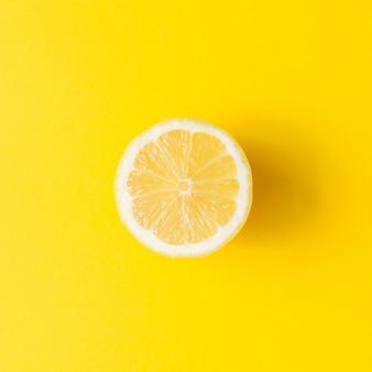 Citron sur fond jaune vif. concept d'été minimal. mise à plat.