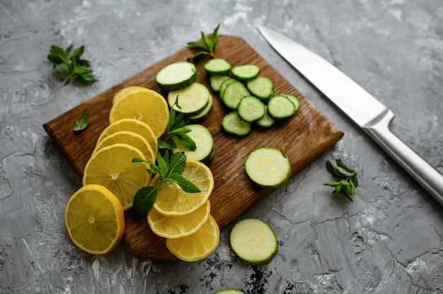 Citron frais coupé et concombre isolé sur mur abstrait grunge nourriture végétarienne biologique, assortiment d'épicerie, produits écologiques naturels, concept de mode de vie sain