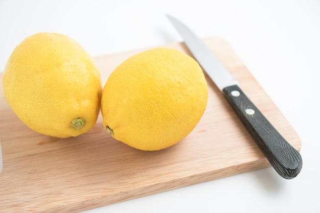Citron frais et couteau sur le billot,