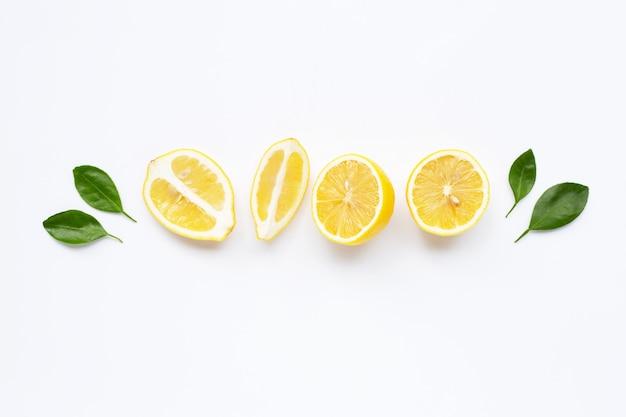 Citron frais avec des feuilles isolées