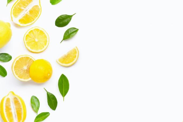 Citron frais avec des feuilles vertes sur blanc