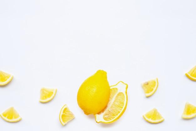 Citron frais sur fond blanc.