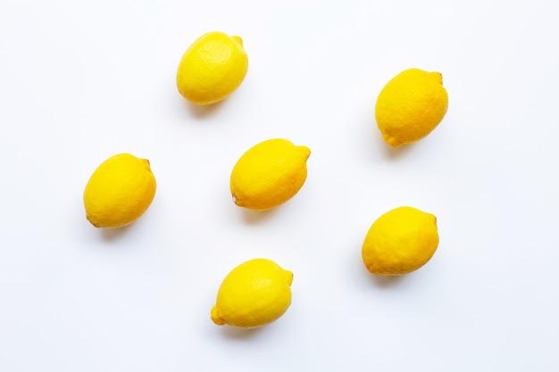 Citron frais isolé sur blanc