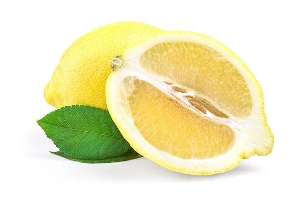 Citron frais isolé sur la découpe de surface blanche.